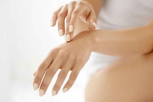 Jak zadbać o bardzo zniszczone dłonie?